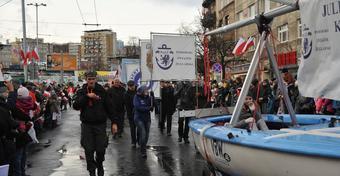 Święto Niepodległości w Gdyni: uroczysta parada z udziałem żeglarzy [ZDJĘCIA]